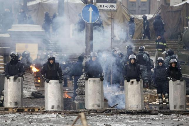 Riot police stand in formation facing anti-government protesters in Kiev, January 31, 2014. REUTERS/Gleb Garanich