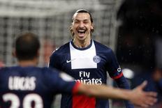 O atacante do Paris St Germain Zlatan Ibrahimovic comemora com o brasileiro Lucas ao marcar contra Girondins Bordeaux nesta sexta-feira. REUTERS/Charles Platiau