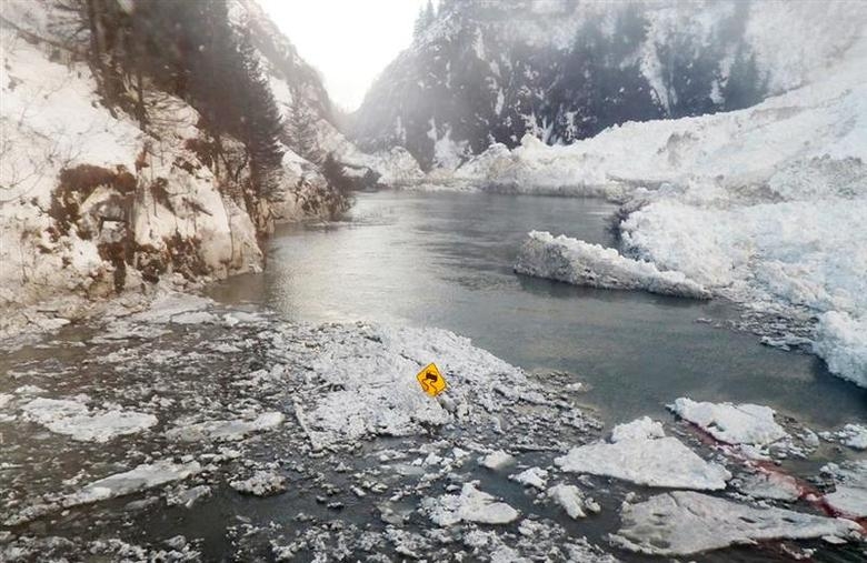 The Richardson Highway is pictured in this January 25, 2014 handout photo as it runs through the Keystone Canyon in the aftermath of a January 24 avalanche that closed the highway near Valdez, Alaska. REUTERS/Alaska DOT&PF/Handout via Reuters