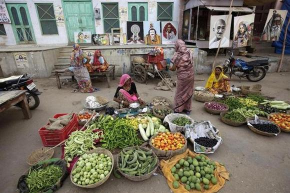 Women sell produce in a market in Pushkar in Rajasthan June 24, 2009. REUTERS/Jorge Silva/Files