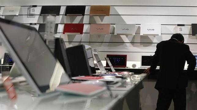 A visitor takes a look at Sony's Vaio laptops at its showroom in Tokyo November 22, 2012. REUTERS/Kim Kyung-Hoon/Files
