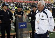 Former Fenerbahce's Spanish coach Luis Aragones waits for the start of their Turkish Cup final soccer match against Besiktas at the Ataturk stadium in Izmir, western Turkey, May 13, 2009. REUTERS/ Murad Sezer