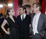 """Cast members Amy Adams and Joaquin Phoenix stand next to writer/director Spike Jonze at the film premiere of """"Her"""" at the Directors Guild of America in Hollywood December 12, 2013. REUTERS/Kevork Djansezian"""