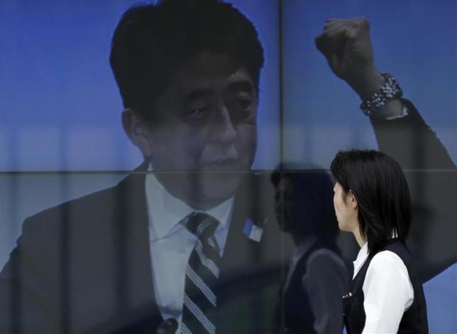 2月2日、慶應義塾大学の竹中平蔵教授は都内で開かれた講演会で、アベノミクスに対する「海外投資家の失望感は非常に高まっている」と指摘した。写真は電子ボードに映る安倍首相。都内で昨年4月撮影(2014年 ロイター/Toru Hanai)