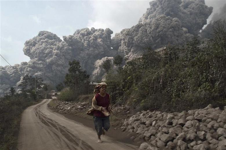 REFILE - CORRECTING BYLINE AND UPDATING CAPTION A villager runs as Mount Sinabung erupt at Sigarang-Garang village in Karo district, Indonesia's North Sumatra province, February 1, 2014. Indonesia's Mount Sinabung volcano erupted and killed at least 11 people on the western island of Sumatra on Saturday, the first time it is known to have claimed any lives, a senior government official said. REUTERS/S Aditya