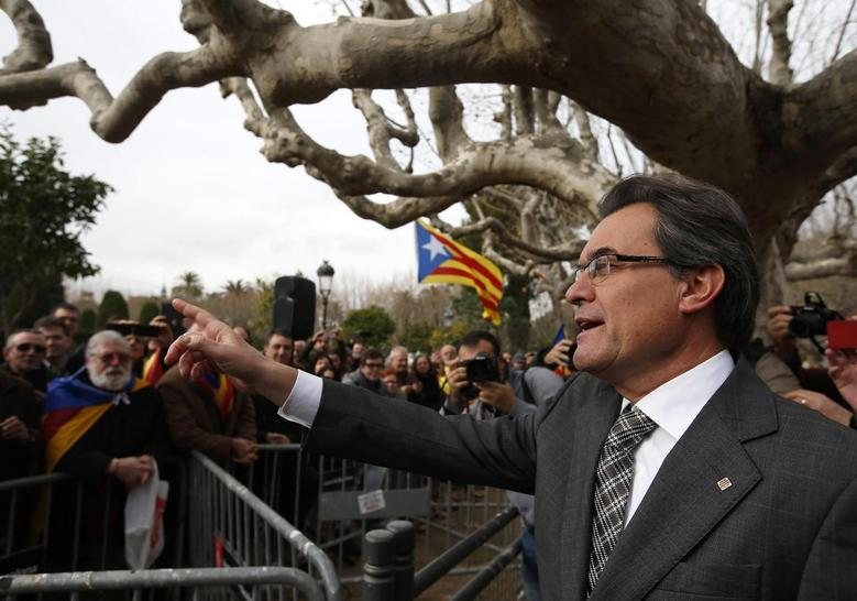Catalonia's President Artur Mas waves to supporters after voting in the regional parliament to send a petition for referendum to the national parliament, in Barcelona, January 16, 2014. REUTERS/Albert Gea