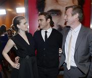 """Los actores Amy Adams y Joaquin Phoenix junto al director y guionista Spike Jonze en el estreno de """"Her"""", en el Sindicato de directores de Estados Unidos, Hollywood, dic 12, 2013. Los guionistas de """"Her"""" y """"Captain Phillips"""" recibieron los principales premios de sus compañeros de profesión en los Premios del Gremio de Escritores (WGA, por sus siglas en inglés), una predicción sobre lo que podría pasar en las categorías de guión en los Oscar dentro de un mes. REUTERS/Kevork Djansezian"""