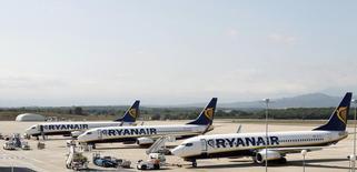 Самолеты Ryanair в аэропорту Жироны 20 сентября 2012 года. Ryanair сообщила о самом крупном за последние пять лет убытке в третьем квартале финансового года из-за снижения средней стоимости тарифов на 9 процентов, но менеджмент авиакомпании указал на ослабление ценовой конкуренции в Европе и рост числа будущих заказов. REUTERS/Albert Gea