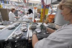 La contraction de l'activité dans le secteur manufacturier a nettement ralenti en janvier. L'indice global du secteur ressort à 49,3, au plus haut depuis le mois de septembre, et se rapproche de la barre des 50 qui sépare croissance et contraction. /Photo d'archives/REUTERS/Srdjan Zivulovic