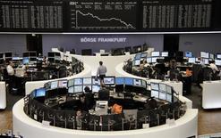 Помещение Франкфуртской фондовой биржи 24 января 2013 года. Европейские фондовые рынки снижаются под давлением проблем на развивающихся рынках и слабых экономических показателей Китая. REUTERS/Remote/Joachim Herrmann