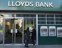 Lloyds va demander aux régulateurs du secteur financier de pouvoir renouer avec une politique de dividendes à partir du second semestre de l'année. Le numéro quatre de la banque en Europe prend ainsi de court les investisseurs qui avaient esperé un versement au titre de l'exercice 2013. /Photo d'archives/REUTERS/Olivia Harris