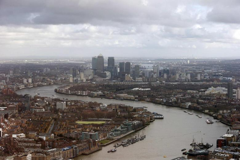 Buildings in the Canary Wharf business district are seen from The View gallery at the Shard, western Europe's tallest building, in London January 28, 2014. REUTERS/Suzanne Plunkett