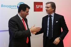 Jean-Yves Charlier (à droite), PDG de SFR, et Olivier Roussat, PDG de Bouygues Telecom, ont présenté lundi le projet de mutualisation des numéros deux et trois de la téléphonie mobile en France. Les deux opérateurs espèrent réaliser à eux deux autour de 300 millions d'euros d'économies par an une fois achevée la mise en commun partielle de leurs réseaux en 2017. /Photo prise le 3 février 2014/REUTERS/Charles Platiau