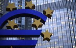 Un sculpture représentant l'euro devant le siège à Francfort de la Banque centrale européenne (BCE), qui a maintenu le suspense lundi sur les tests auxquels elle entend soumettre les bilans des banques de la zone euro, disant qu'elle préciserait sa stratégie avant la fin mars. /Photo d'archives/REUTERS/Kai Pfaffenbach