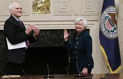 El gobernador de la Reserva Federal Daniel Tarullo aplaude a la nueva presidenta del ente emisor, Janet Yellen, tras jurar al cargo en Washington, feb 3 2014. Janet Yellen juró el lunes como presidenta de la Reserva Federal de Estados Unidos, dijo el banco central de la mayor economía del mundo. REUTERS/Jim Bourg