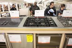 Unos clientes al interior de una tienda de la cadena Home Depot en Nueva York, dic 23 2009. El sector manufacturero de Estados Unidos creció con menor intensidad en enero tras alcanzar un máximo en 11 meses el mes anterior, dado que la producción y la demanda externa disminuyeron, mostró el lunes un reporte. REUTERS/Lucas Jackson/Files