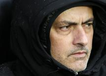 Técnico do Chelsea, José Mourinho, assiste à partida de seu time contra o Southampton pelo Campenato Inglês, no estádio St. Mary, em Southampton, sul da Inglaterra. Mourinho continua a criticar o Manchester City antes do clássico do Campeonato Inglês, e diz que os oponentes deveriam ter conquistado mais troféus. 1/01/2014. REUTERS/Stefan Wermuth