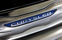 El logo de Chrysler en un vehículo Chrysler 200 en la concesionaria Massey-Yardley Chrysler, Dodge, Jeep y Ram en Plantation, EEUU, oct 8 2013. Las ventas del Grupo Chrysler en Estados Unidos subieron 8 por ciento en enero gracias a la fortaleza de sus marcas Jeep y Ram. REUTERS/Joe Skipper