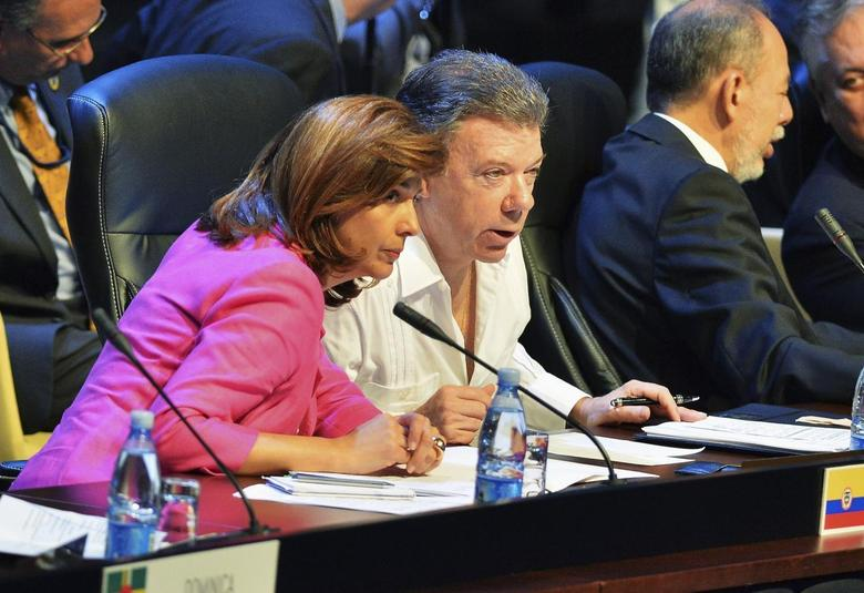 Colombia's Foreign Minister Maria Angela Holguin (L) and Colombia's President Juan Manuel Santos attend a session of the Community of Latin American and Caribbean States (CELAC) summit in Havana January 29, 2014. REUTERS/Adalberto Roque/Pool