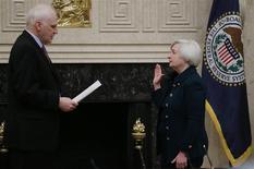 Janet Yellen a officiellement pris ses fonctions de présidente de la Réserve fédérale américaine lundi après avoir prêté serment devant Daniel Tarullo, l'un des membres gouverneurs de la Fed. Le mandat de Janet Yellen, première femme à diriger la banque centrale américaine, est d'une durée de quatre ans. /Photo prise le 3 février 2014/REUTERS/Jim Bourg