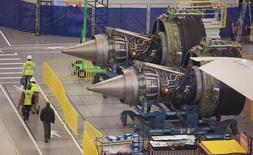Funcionários da Boeing na Carolina do Sul passam na frente dos motores de um 787 Dreamliner em processo de fabricação. A atividade manufatureira dos Estados Unidos cresceu em janeiro a um ritmo bem mais lento, com o avanço dos novos pedidos despencando para o menor nível em 33 anos e levando toda a atividade fabril para mínima em oito meses, mostrou pesquisa do Instituto de Gestão de Fornecimento (ISM, na sigla em inglês). 19/12/2013 REUTERS/Randall Hill