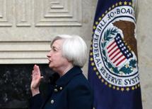 A nova chair do Federal Reserve, Janet Yellen, faz o juramento na sede do Fed em Washington. Yellen foi empossada nesta segunda-feira para um mandato como chair do banco central dos Estados Unidos, informou o Federal Reserve em comunicado. 03/02/2014 REUTERS/Jim Bourg