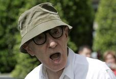 """Cineasta norte-americano Woody Allen durante uma passagem pela cidade espanhola de Castrillon, nas Astúrias, Espanha. Woody Allen alega que as novas acusações de que teria abusado sexualmente de uma filha adotiva quando a menina tinha 7 anos são """"inverídicas e lamentáveis"""", disse uma porta-voz do cineasta no domingo, um dia depois da carta da suposta vítima que abalou Hollywood. 18/06/2007. REUTERS/Eloy Alonso"""