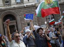 Антиправительственные демонстранты в центре Софии 31 июля 2013 года. Коррупция является проблемой для почти половины компаний, делающих бизнес в Европе, показало опубликованное в понедельник исследование Еврокомиссии. Число граждан ЕС, считающих, что ситуация ухудшилось, растёт. REUTERS/Stoyan Nenov