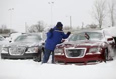 Le marché automobile aux Etats-Unis en janvier n'a pas affiché de tendance claire, Ford et General Motors subissant de fortes baisses de leurs ventes alors que d'autres, comme Chrysler ou Nissan, augmentaient les leurs. Certains constructeurs ont mis en cause les mauvaises conditions météorologiques pour expliquer leur performance. /Photo prise le 2 janvier 2014/REUTERS/Joshua Lott