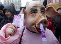 Una persona disfrazada de cerdo en una marcha anticorrupción en Liubliana, ene 17 2014. - La corrupción es un problema para casi la mitad de las empresas que hacen negocios en Europa, según un sondeo publicado el miércoles por la Comisión Europea, y un número creciente de ciudadanos de la UE creen que está empeorando. REUTERS/Srdjan Zivulovic