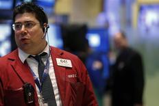 Operadores durante la sesión en la sede de la Bolsa de Valores de Nueva York, 3 de febrero del 2014. REUTERS/Brendan McDermid. El dólar bajó el lunes a un mínimo de dos meses contra el yen, ante el persistente nerviosismo creado por las dificultades de los mercados emergentes y luego de que un dato sorpresivamente débil sobre el sector de manufacturas de Estados Unidos desatara preocupaciones en torno al crecimiento económico del país.