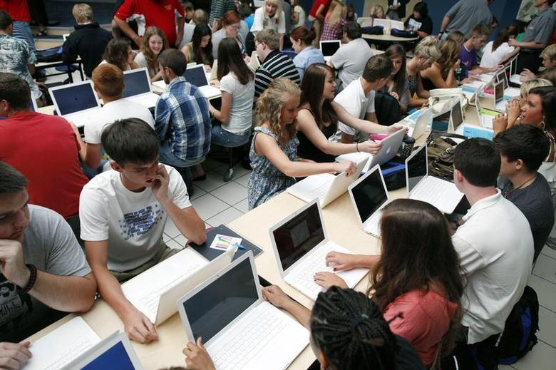 Students set up their donated laptop computers on the first day of school at Joplin High School in Joplin, Missouri August 17, 2011. REUTERS/Eric Thayer