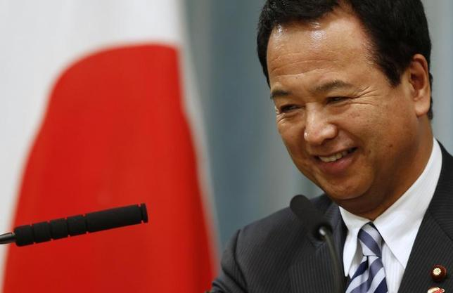 Japan's Economics Minister Akira Amari smiles as he attends a news conference after Prime Minister Shinzo Abe (not pictured) announced a raise in the sales tax rate in Tokyo October 1, 2013. REUTERS/Toru Hanai