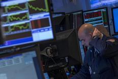 Трейдер на Нью-Йоркской фондовой бирже 3 февраля 2014 года. Американские акции оказались в понедельник под давлением продавцов, и индекс S&P 500 показал сильнейшее падение с июня прошлого года после выхода слабых производственных данных, которые переполнили чашу терпения инвесторов. REUTERS/Brendan McDermid