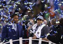 Russell Wilson, le quarterback des Seattle Seahawks. Le sacre de la franchise de l'Etat de Washington dimanche soir dans le Super Bowl va coûter cher au propriétaire texan de deux magasins d'ameublement. Celui-ci avait promis de rembourser ses clients si les Seahawks battaient les Broncos. Il en sera pour environ sept millions de dollars. /Photo prise le 2 février 2014/REUTERS/Shannon Stapleton