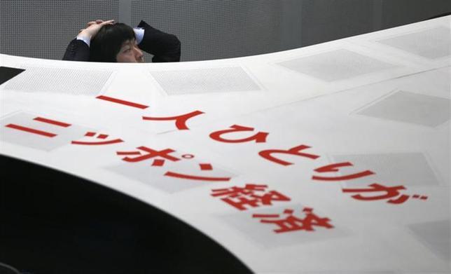2月4日、大幅続落した日経平均は、保有株の下落で投資家の懐が痛むだけでなく、もっと大きな範囲でマイナスの効果を波及させそうだ。写真は東京証券取引所で1月撮影(2014年 ロイター/Toru Hanai)