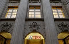 UBS publie mardi un bénéfice au titre du quatrième trimestre supérieur aux attentes, en raison à la fois d'un crédit d'impôt et d'une amélioration de la performance de sa division banque d'investissement. /Photo d'archives/REUTERS/Arnd Wiegmann