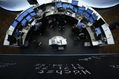 Les Bourses européennes ont ouvert en baisse mardi, prolongeant leur tendance des deux dernières semaines, affectées comme Wall Street et Tokyo par l'annonce lundi d'une croissance industrielle plus faible que prévu aux Etats-Unis. À Paris, le CAC 40 perd 0,55% à 4.085,19 points vers 8h30 GMT. À Francfort, le Dax cède 0,93% et à Londres, le FTSE 0,67%. /Photo d'archives/REUTERS/Lisi Niesner