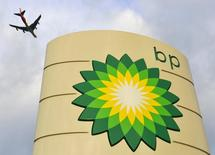 Логотип BP на АЗС в Лондоне 27 июля 2010 года. Нефтяная компания BP снизила прибыль в четвертом квартале из-за убытка в перерабатывающем подразделении и увеличила резерв на ликвидацию ущерба от разлива нефти в Мексиканском заливе в 2010 году. REUTERS/Toby Melville
