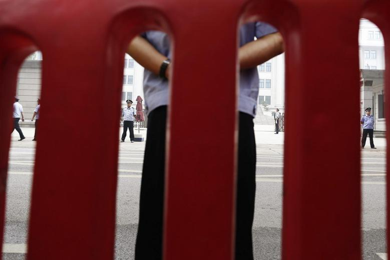Policemen guard the entrance of the Jinan Intermediate People's Court where the trial of disgraced Chinese politician Bo Xilai will be held, in Jinan, Shandong province September 22, 2013. REUTERS/Aly Song