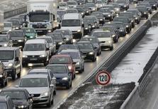 Les ventes de voitures neuves ont augmenté de plus de 6% en janvier en Allemagne. La bonne tenue du marché s'explique toutefois en partie par des rabais généreux consentis sur le prix des modèles, un élément qui souligne la fragilité de la reprise. /Photo d'archives/REUTERS/Michaela Rehle