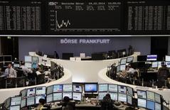 Помещение Франкфуртской фондовой биржи 4 февраля 2014 года. Европейские фондовые рынки снижаются под давлением слабой квартальной отчетности компаний и опасений за состояние экономики США и развивающихся стран. REUTERS/Remote/Stringer