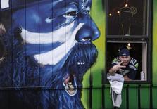 """Болельщик """"Сиэтл Сихокс"""" во время просмотра Супербоула в баре Hawk's Nest в Сиэтле, штат Вашингтон, 2 февраля 2014 года. Владелец мебельного магазина из Хьюстона проиграл своим покупателям около $7 миллионов после победы """"Сиэтл Сихокс"""" в Супербоуле. REUTERS/Jason Redmond"""