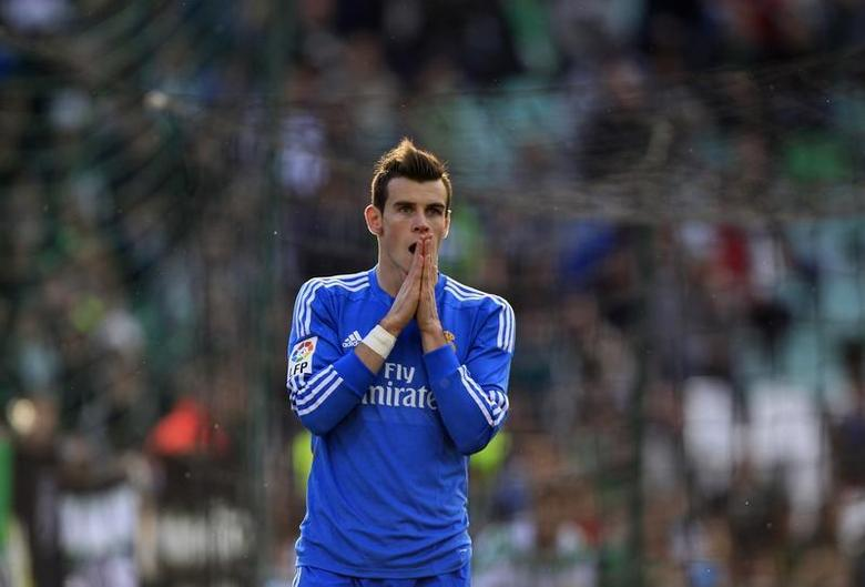 Real Madrid's Gareth Bale reacts after missing a scoring opportunity against Real Betis during their Spanish First Division soccer match at the Benito Villamarin stadium in Seville, January 18, 2014. REUTERS/Marcelo del Pozo