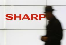 Sharp relève ses prévisions annuelles au vu du flux soutenu de commandes d'écrans pour smartphones de la part de fabricants chinois, poursuivant ainsi son redressement après avoir frôlé la faillite l'an dernier. /Photo prise le 3 février 2014/REUTERS/Yuya Shino