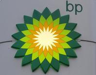BP BP.L reportó una caída de un 37 por ciento en su ganancia del cuarto trimestre por un desempeño más débil en sus negocios de producción y de refino y dijo que aumentaría la provisión contable por un derrame de petróleo del 2010 en 200 millones de dólares. REUTERS/Alexander Demianchuk/Files (RUSSIA - Tags: BUSINESS ENERGY LOGO)