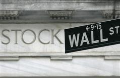 Wall Street a rebondi à l'ouverture mardi, soutenue par des résultats de sociétés positifs, au lendemain de sa plus forte baisse depuis juin. L'indice Dow Jones regagnait 0,35% après cinq minutes d'échanges, le Standard & Poor's 500 reprenait 0,54% et le Nasdaq Composite a repassé le cap des 4.000 points avec un gain de 0,64%. /Photo d'archives/REUTERS/Brendan McDermid