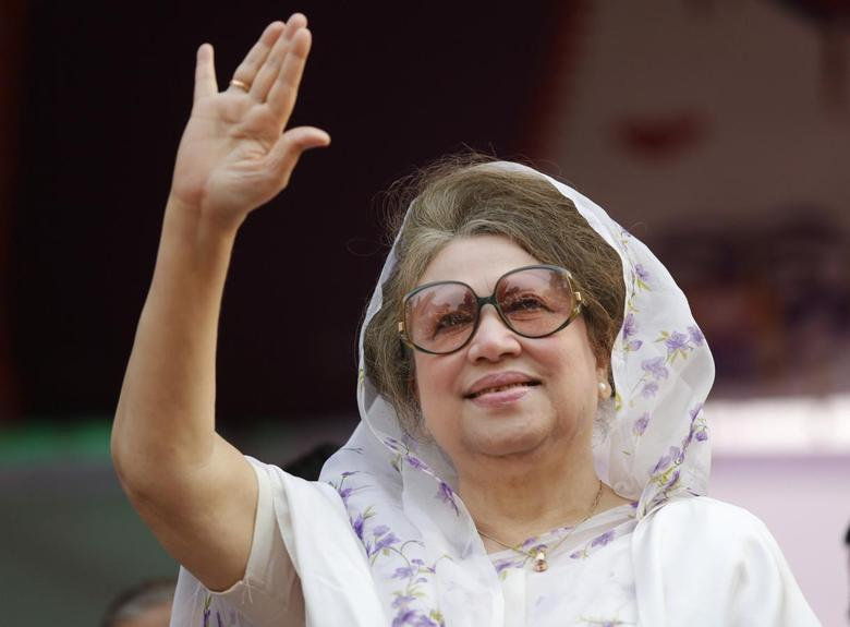Bangladesh Nationalist Party (BNP) Chairperson Begum Khaleda Zia waves to activists as she arrives for a rally in Dhaka January 20, 2014. REUTERS/Andrew Biraj