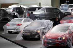 Veículos cobertos com plástico protetor conforme funcionários preparam a exposição de montadoras da General Motors à frente do evento com a mídia no Salão Internacional Norte-americano do Automóvel em Detroit, Michigan. As novas encomendas à indústria nos Estados Unidos caíram em dezembro, mas cresceram pelo terceiro mês seguido quando o volátil setor de transporte é excluído, o que pode reduzir as preocupações de abrupta desaceleração na atividade manufatureira. 11/01/2014 REUTERS/Rebecca Cook