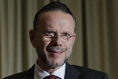 Coutinho, presidente do BNDES, fala durante uma coletiva de imprensa em Brasília. O Banco Nacional de Desenvolvimento Econômico e Social (BNDES) informou nesta terça-feira que seus empréstimos em 2013 totalizaram 190,4 bilhões de reais, alta de 22 por cento sobre 2012. 05/12/2012 REUTERS/Ueslei Marcelino